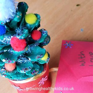 fun craft ideas with pinecones to make decorations and gifts for your friends and family using materials from your garden or recycling bag such as mason jars, Perfect way to craft with the kids and make beautiful gifts too.