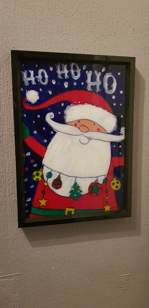 Gifts from your garden are super easy like this painted santa frame. It can be decorated with...